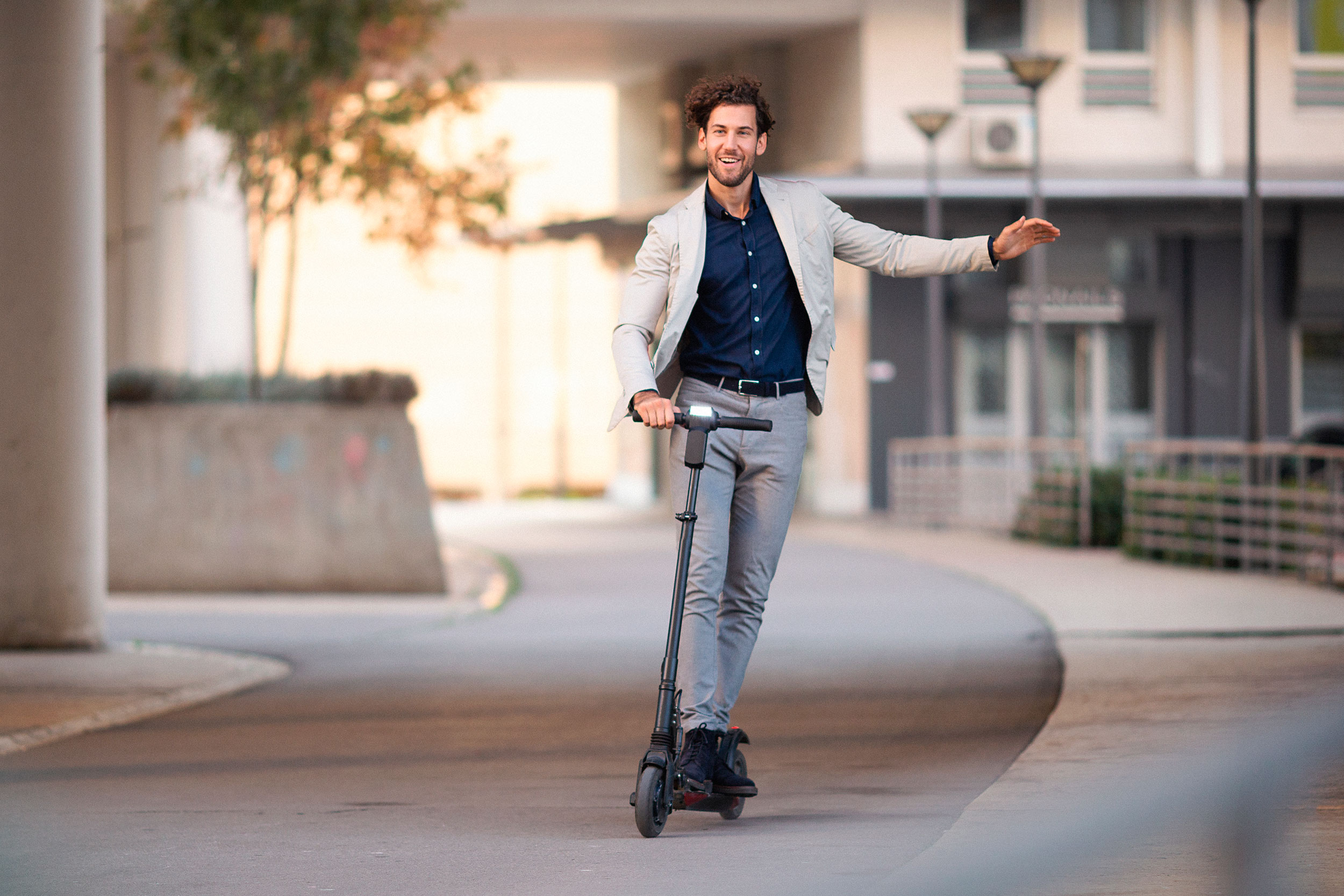 E-Scooter Marburg - Mann der sich freut einen E-Scooter zu fahren