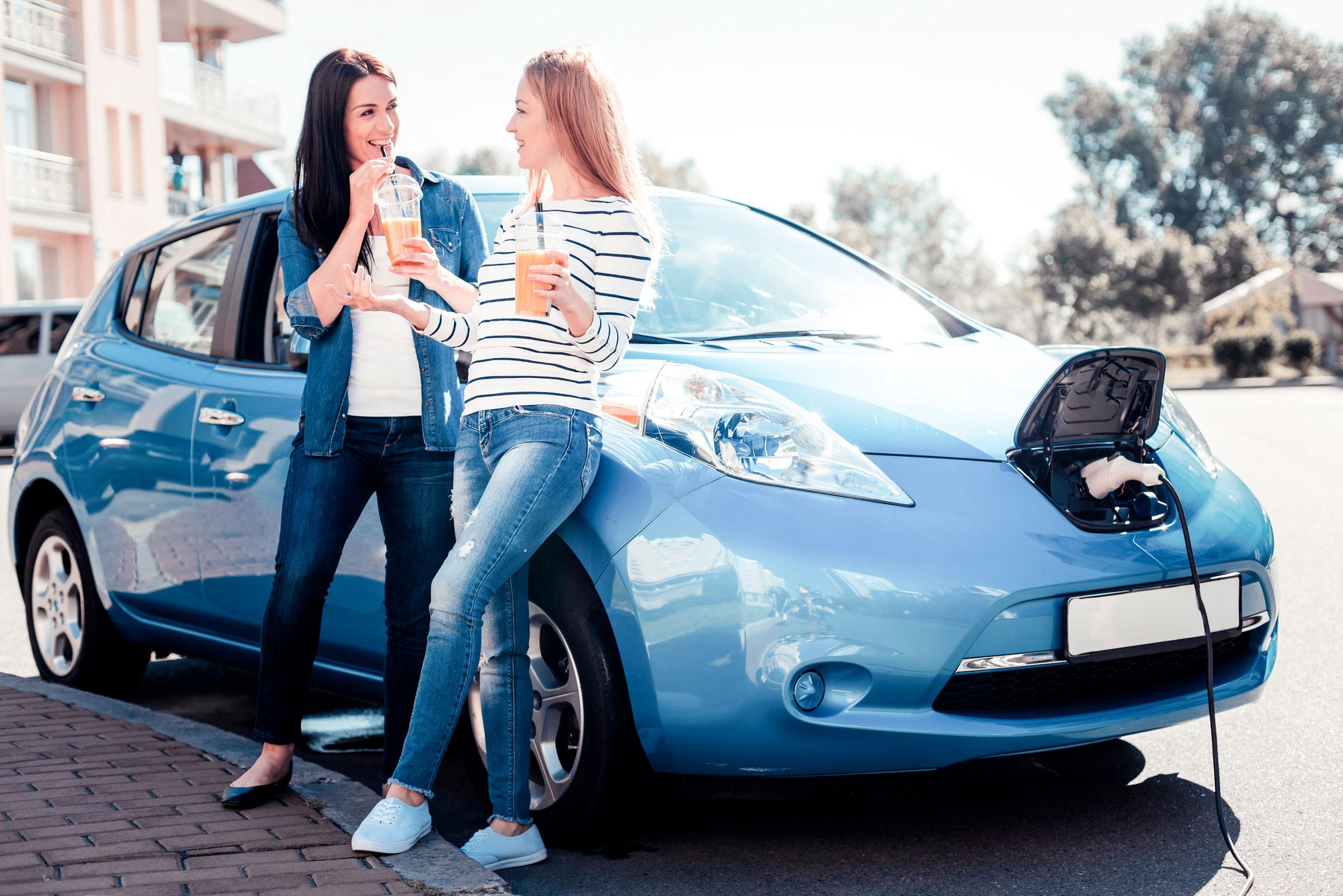 Elektroauto Marburg - Frauen die sich beim Laden Ihres Elektroautos unterhalten